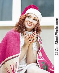 モデル, コーカサス人, カップ, 暖かい, 飲むこと, クリスマス, 下に, 肖像画, 微笑。, red-haired, 新しい 家, 年, 女の子, plaid., 巻き毛, ideas., 毛, サンタの 帽子, 概念
