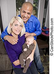 モデル, ソファー, 親, 保有物の赤ん坊, 家, 幸せ
