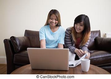 モデル, ラップトップ, 2, pc., アジアの女性, 使うこと, 友人, 家