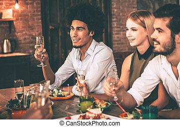 モデル, 人々, dinning, 若い, 一緒に, 朗らかである, 間, テーブル, 夕食, 楽しむ, パーティー。, 食事, 台所