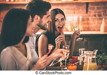モデル, 人々, dinning, 若い, 一緒に, 朗らかである, 間, friends., テーブル, 楽しむ, 食事, 台所