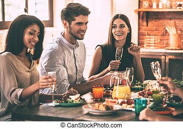 モデル, 人々, dinning, 若い, 一緒に, 朗らかである, 間, friends., 夕食, 楽しむ, テーブル, 食事, 最も良く, 台所