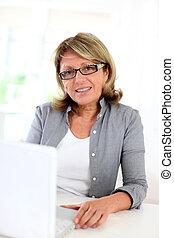モデル, 女性実業家, ラップトップ・コンピュータ, 前部, シニア