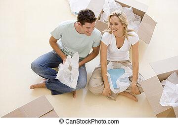 モデル, 恋人, 床, 箱, 新しい 家, 微笑, 開いた