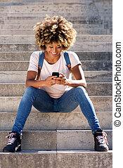 モデル, 携帯電話, アメリカ人, 大学生, アフリカ, 微笑, 階段
