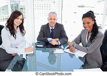 モデル, 机, 2, ディレクター, 窓, 協力者, ∥間に∥, 前部, 微笑