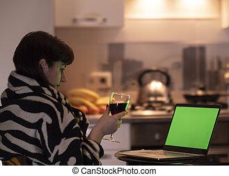 モニター, 女, アルコール, 彼女, スクリーン, 手掛かり, 若い, 手, ガラス, ブルネット, 顔つき, ラップトップ, chromakey