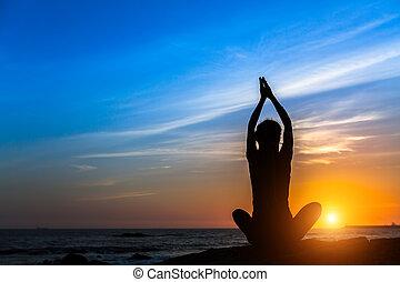 ヨガ, 瞑想, 女, 上に, ∥, 海洋, の間, 驚かせること, sunset.
