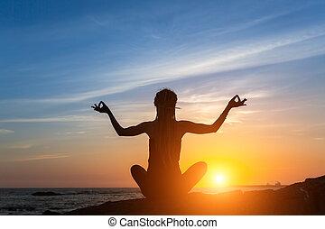 ヨガ, silhouette., 若い女性, 瞑想, 上に, ∥, 海洋, の間, 驚かせること, sunset.