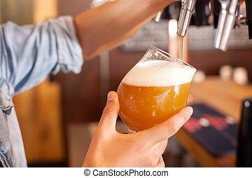 ラガービール, たたきつける, バーテンダー, 若い, pub, 朗らかである