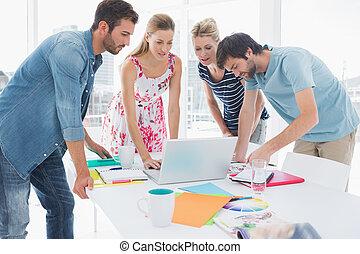 ラップトップを使用して, カジュアルなビジネス, 人々