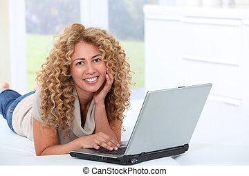 ラップトップを使用して, 女, コンピュータ, 家