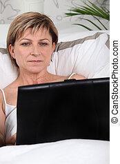 ラップトップを使用して, 女, 成長した, ベッド