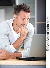 ラップトップ・コンピュータ, 台所, 人