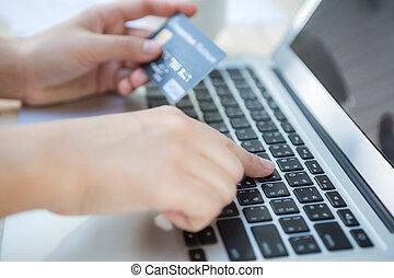 ラップトップ, オンラインで, クレジット, コンピュータ, 手を持つ, 使うこと, カード