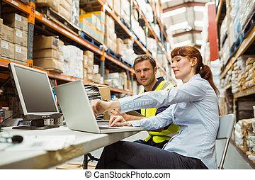 ラップトップ, マネージャー, 見る, 労働者, 倉庫