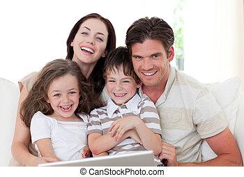 ラップトップ, リビングルーム, 使うこと, 微笑, 家族