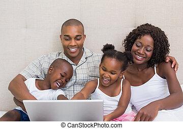 ラップトップ, 使うこと, ベッド, 一緒に, 家族, 幸せ