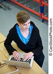 ラップトップ, 労働者, コンピュータ, 女性, タイプ, 倉庫