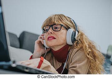 ラップトップ, 女, 音楽が聞く, ヘッドホン