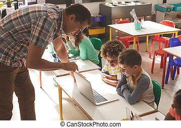 ラップトップ, 彼の, サイド光景, sdhool, 提示, 子供, 使用, 教師, いかに