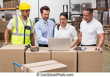 ラップトップ, 見る, マネージャー, 労働者, 倉庫