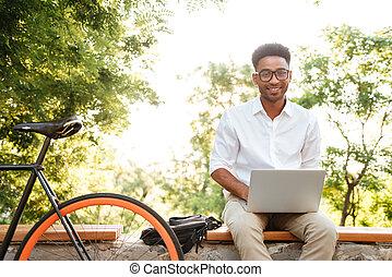 ラップトップ, computer., アフリカ, 使うこと, ハンサム, 人