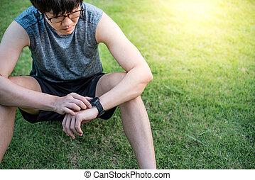 ランナー, 後で, 腕時計, 若い見ること, 動くこと, アジア人, 痛みなさい, 人