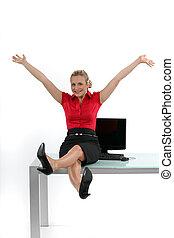 リラックスした, 女性の モデル, 上に, 彼女, 机