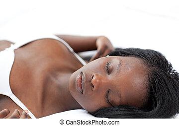 リラックスした, 女, 睡眠, あること, 上に, 彼女, ベッド
