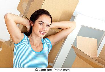リラックスした, 荷を解くこと, 家, 彼女, 床, 新しい, モデル, 厚紙, 後で, 女, 若い