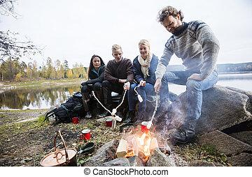 レイクショア, 上に, キャンプファイヤー, 焼けているマシュマロ, 友人