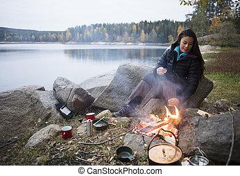 レイクショア, 女, キャンプ, モデル, の間, たき火
