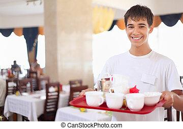 レストラン, 広い 角度, 皿, ウエーター, 若い, もつ, 微笑, トレー, 愛想が良い