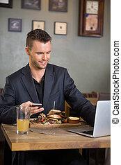 レストラン, 食物, ラップトップ, 間, ビジネスマン, 使うこと, 持つこと
