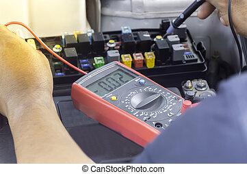レベル, 自動車, マルティメーター, voltmeter, 使用, 電圧, 機械工, 車。, 点検
