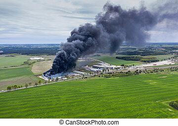 ロジスティクス, 建物, 産業, 航空写真, 中心, 巨大, 火, 大きい, 後で, 屋根, 煙, 倉庫, 燃えた, 燃やされる, ∥あるいは∥, 光景