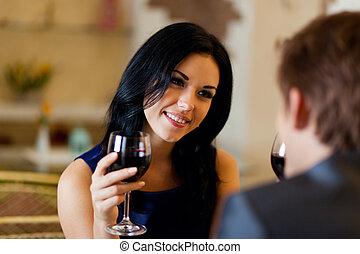 ロマンチック, レストラン, 恋人, 飲みなさい, 若い, ガラス, 日付, 幸せ, 赤ワイン
