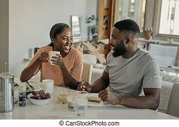一緒に, アメリカ人, 上に, アフリカ, 若い1対, 笑い, 朝食