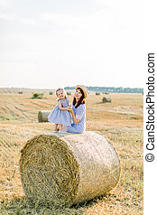 一緒に, 2, 幸せな微笑すること, フィールド, stack., 日没, お母さん, 秋, モデル, 干し草, 若い, 年, 遊び, 子供, ベール, 夏, 女の子, しまのある, 肖像画, 古い, 服