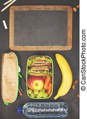 三明治, 蘋果, 葡萄, 胡蘿卜, 漿果, 在, 塑料午餐箱子, 文具, 以及, 水的瓶子