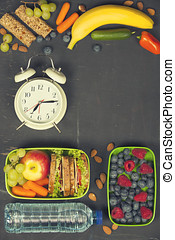 三明治, 蘋果, 葡萄, 胡蘿卜, 漿果, 在, 塑料午餐箱子, 鬧鐘, 以及, 水的瓶子
