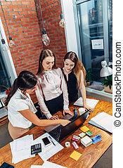 三, 女性, 大學生, 工作上, 分配, 一起, 使用便攜式計算机, 站立, 在家