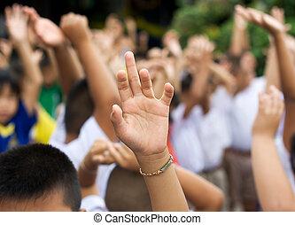 上がる 手, 中に, schoolyard