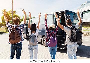 。, 上げられた, ポーズを取りなさい, photo., の上, 4, ∥(彼・それ)ら∥, 彼ら, 手, 観光客