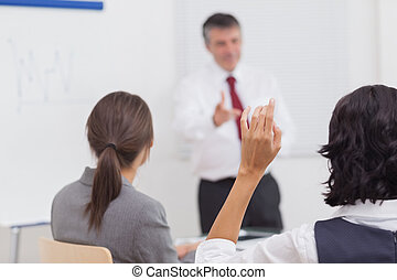 上げること, 彼女, 手, 彼の, 同僚, ビジネスマン, 指すこと
