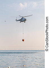 上に, バスケット, 下げられる, 海, water., 捕獲物, ヘリコプター, 赤