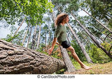 上に, 木, 若い, forest., 跳躍, トランク, 人