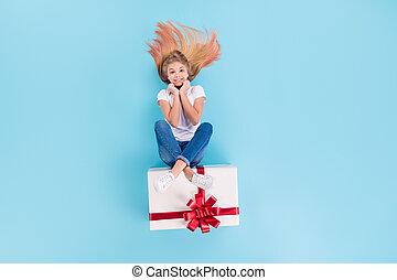 上, 角度, 準備しなさい, の上, 背景, 光景, 最新流行である, 位置, ウエア, 子供, 隔離された, 高く, ポジティブ, お母さん, 記念日, 青, フルである, 女の子, giftbox, 写真, 大きい, 8-march, 色, 彼女, 衣服, 彼女, 座りなさい, 朗らかである, 体