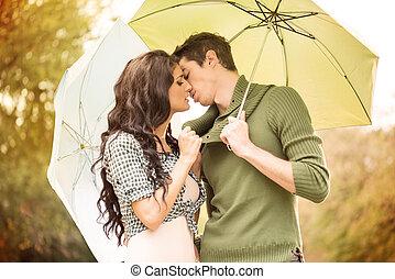 下に, 傘, 接吻